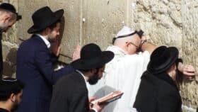Bedende jøder ved Grædemuren i Jerusalem
